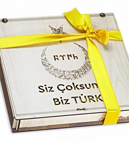 Siz Çoksunuz Biz Türk Yazılı Ay Yıldızlı Ahşap Kutulu Hediye Çikolata