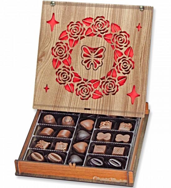 Kelebek ve Gül Motifleriyle Süslenmiş Ahşap Kutulu Hediyelik Çikolata