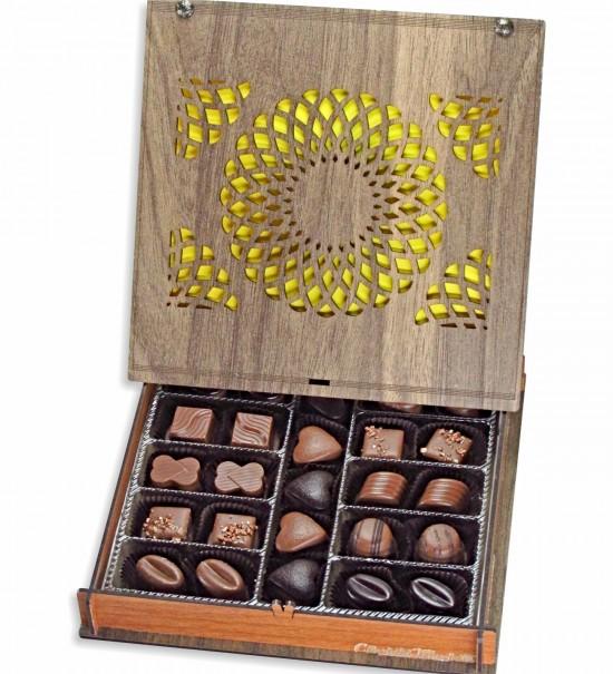 Motiflerle Süslenmiş Ahşap Kutulu Hediye Çikolata