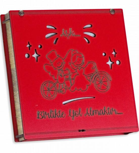Aşk Birlikte Yol Almaktır Yazılı Bisiklete Binen Gelin Damat Figürlü Ahşap Kutulu Sevgili Çikolatası