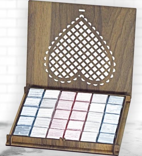 Kalp Desenli Ahşap Kutuda Sargılı Kalın Hediyelik Dökme Çikolata