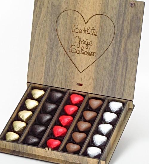 Birlikte Göğe Bakalım Yazılı Ahşap Kutuda Hediyelik Kalpli Çikolatalar