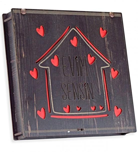 Evim Sensin Yazılı Kalplerle Süslenmiş Ev Figürlü Ahşap Kutulu Hediyelik Sevgili Çikolatası