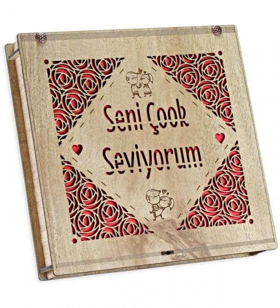 Seni Çok Seviyorum Yazılı, Gül ve Sevgili Figürlü Ahşap Kutulu Sevgiliye Hediyelik Çikolata