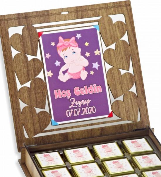 Ahşap Kutulu Resimli Kişiye Özel İsimli ve Tarihli Hoş Geldin Bebek Çikolatası (KIZ)