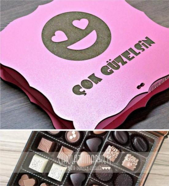 Çok Güzelsin Yazılı Aşık Emoji İle Süslenmiş Ahşap Kutulu Hediyelik Sevgili Çikolatası