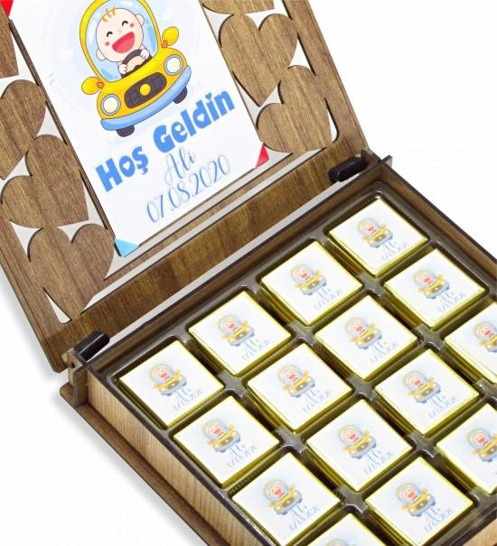 Ahşap Kutulu Resimli Kişiye Özel İsimli ve Tarihli Hoş Geldin Bebek Çikolatası (ERKEK)
