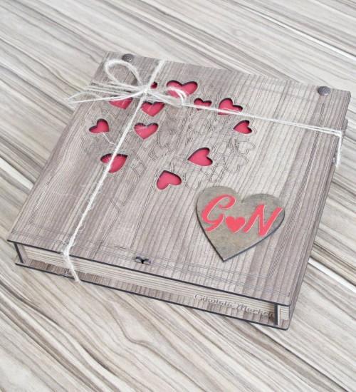 Kalp İçerisinde Kişiye Özel Harfli Kalplerden Oluşan Aşk Ağacı Desenli Sevgili Çikolatası