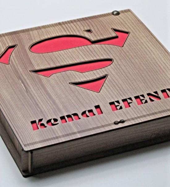Süperman Logolu Kişiye Özel İsimli Erkeklere Özel Ahşap Kutulu Hediyelik Çikolata