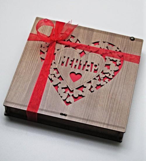 Kalplerle Süslenmiş Kalp İçerisinde Kişiye Özel İsimli Ahşap Kutulu Sevgiliye Hediyelik Çikolata