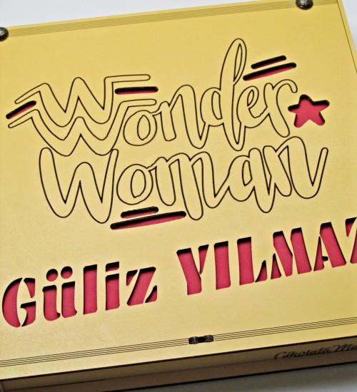 Kişiye Özel İsimli Wonder Woman Yazılı Ahşap Kutulu Kadınlara Özel Hediyelik Çikolata