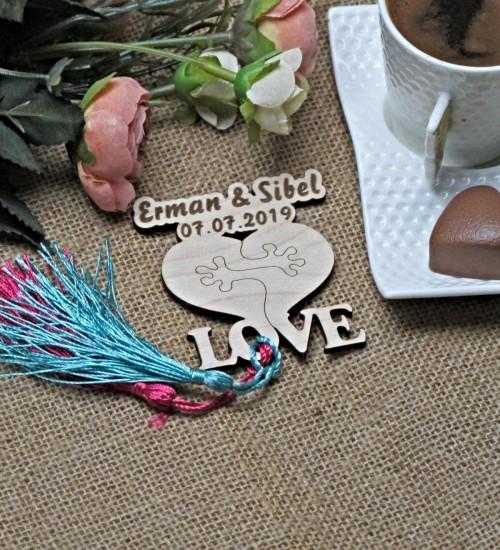 Birbirine Sarılan Kalp Şeklinde Love Yazılı İsimli ve Tarihli Ahşap Nikah / Nişan / Düğün / Kına Magneti